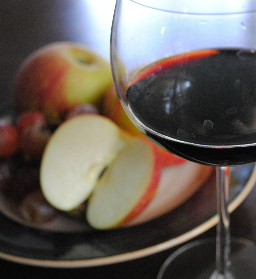 glass or red wine with fruitplate